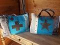 Couleur trés mode pour ces sacs cabat avec  applications étoile où croix , mélange tissu , laine et daim .
